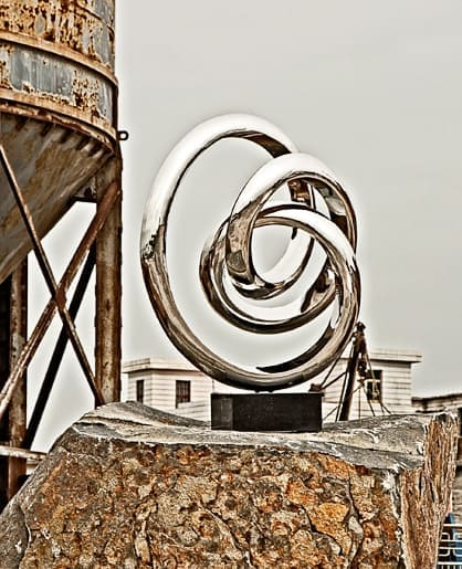 Sculptura-double-twisted-contemporary-sculpture