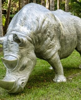 Sculptura Rhino a La Charge sculpture